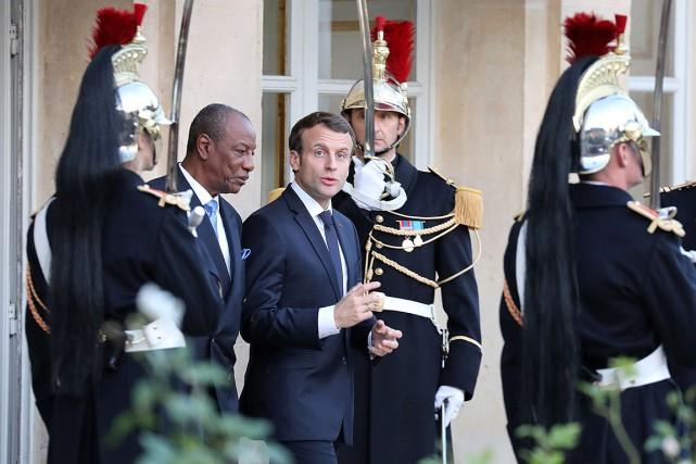 Le président Emmanuel Macron et le président guinéen... (LUDOVIC MARIN, AFP)