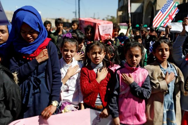 Des enfants chantent l'hymne national du Yémen lors... (PHOTO REUTERS)