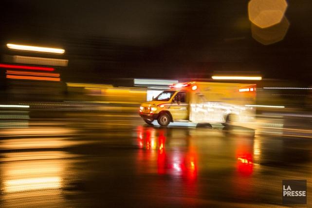 Le jeune homme a été transporté dans un... (PHOTO OLIVIER PONTBRIAND, ARCHIVES LA PRESSE)