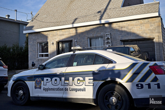Une résidence est perquisitionnée par les policiers de... (Patrick Sanfaçon, La Presse)