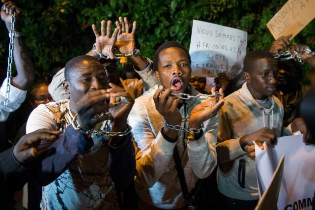 Des manifestants originaires de l'Afrique sub-saharienne dénoncent l'esclavage... (PHOTO AFP)