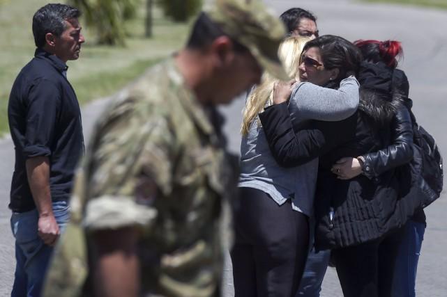 Des proches des marins portés disparus ont éclaté... (PHOTO EITAN ABRAMOVICH, AFP)