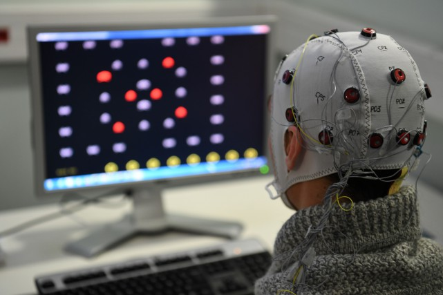 Les «extraterrestres», inspirés de l'iconique Space Invaders, clignotent à... (Photo JEAN-PIERRE CLATOT, AFP)