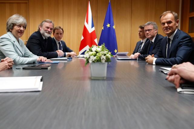 La première ministre britannique Theresa May (L) et... (Photo CHRISTIAN HARTMANN, AFP)