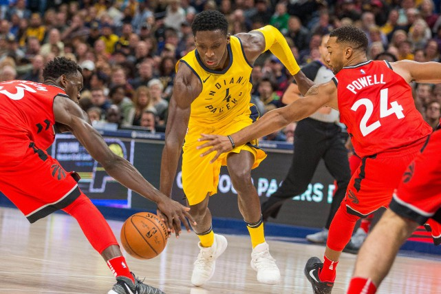 Victor Oladipo trompe Pascal Siakam et Norman Powell.... (USA TODAY Sports)