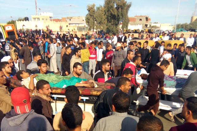 Les corps portés sur les épaules, les familles... (Photo AFP)