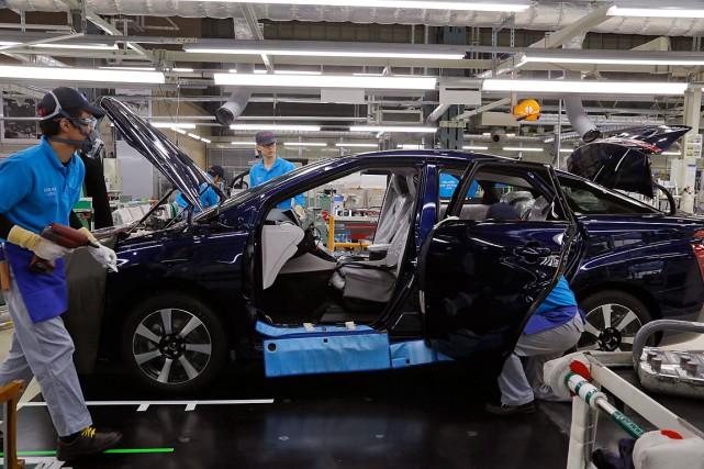 Des travailleurs assemblent une voiture Mirai à l'usine... (PHOTO YURI KAGEYAMA, ASSOCIATED PRESS)