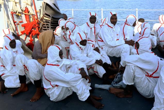 Les rescapés dunaufrage de deux embarcations au large... (photo MAHMUD TURKIA, AFP)