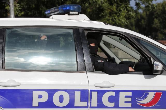 Quinze personnes ont été placées en garde à vue samedi à Paris pour port d'arme... (PHOTO ARCHIVES AP)