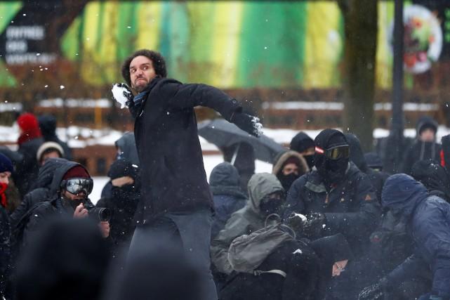 Des contre-manifestants ont répliqué en lançant des balles... (REUTERS)