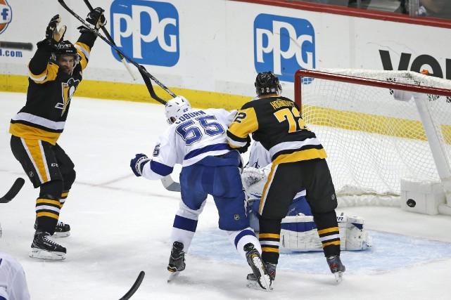 Sidney Crosby célèbre un but.... (AP)