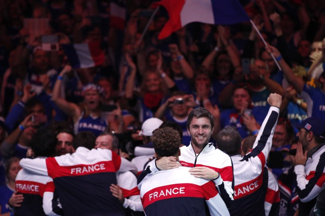 L'équipe française festoie après la victoire de Lucas... (Photo Christophe Ena, AP)