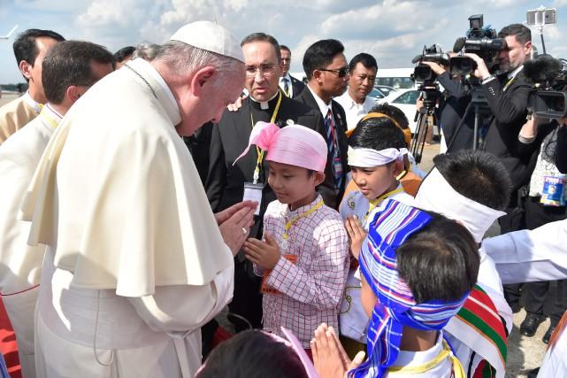Drapeaux birman et du Vatican ou chapelet à... (Photo AP)