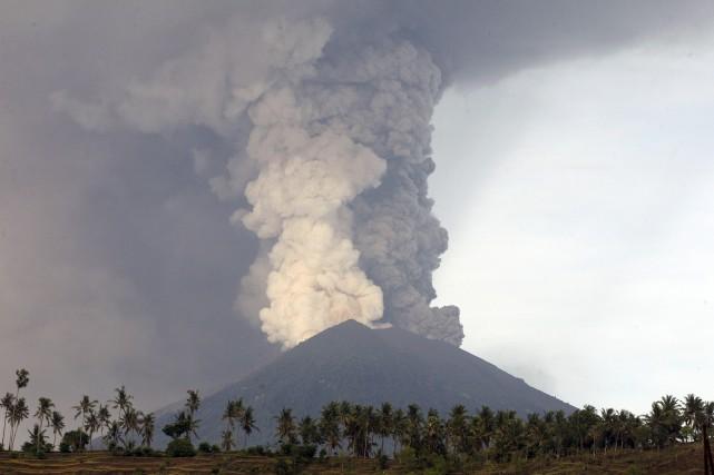 Le mont Agung, qui gronde depuis plusieurs jours,... (Photo AP)