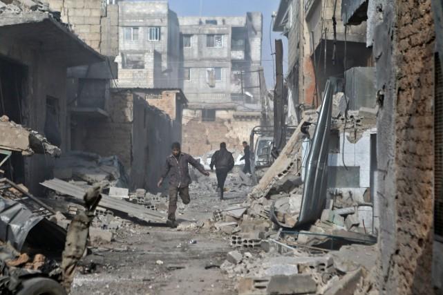 Lundi, des frappes aériennes et des tirs d'artillerie... (Photo ABDULMONAM EASSA, Agence France-Presse)