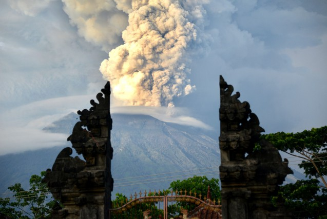Le volcan émet des spectaculaires colonnes d'épaisse fumée... (PHOTO AFP)