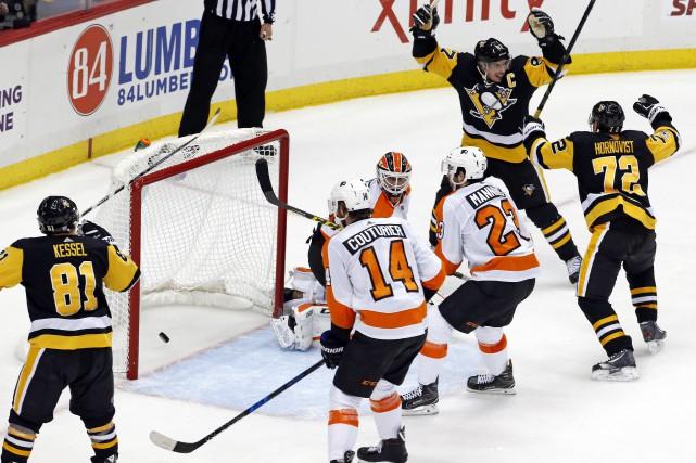 Sidney Crosby a redirigé le tir de Jake Guentzel derrière Brian Elliott à 1:48... (PHOTO AP)