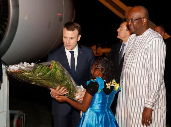 Emmanuel Macron a été accueilli à l'aéroport ar... (PHOTO AFP)