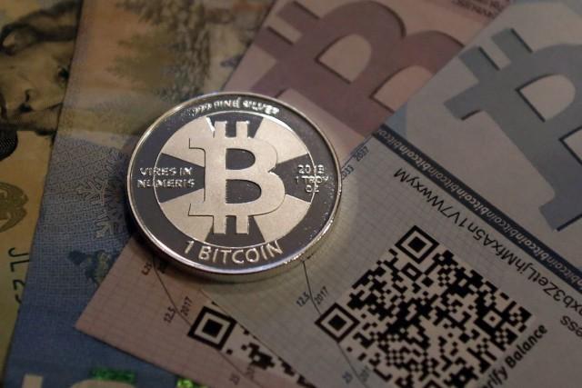 Le cours du bitcoin, que l'on achète et... (PHOTO ARCHIVES REUTERS)