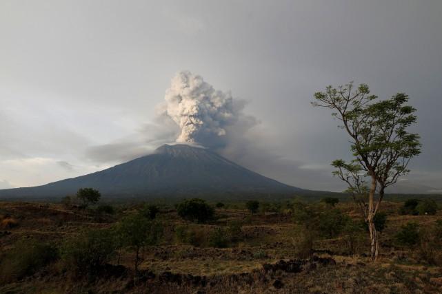 Le volcandu mont Agung émet depuis plusieurs jours... (PHOTO Darren Whiteside, REUTERS)