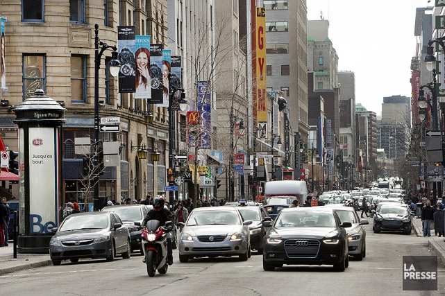 Des commerces sur la rue Saint-Catherine.... (Photo Robert Skinner, archives La Presse)
