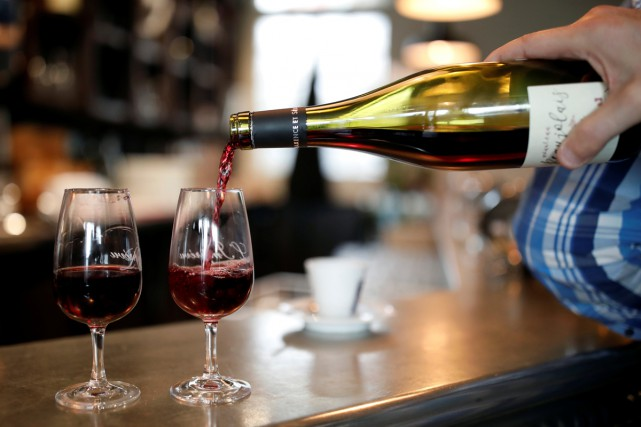 Un barman sert le Beaujolais nouveau dans un... (PHOTO ARCHIVES REUTERS)