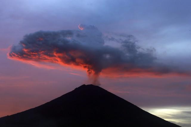 Le niveau d'alerte du mont Agung reste à... (AP)