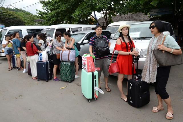 Des touristes japonais se préparent à quitter Bali... (Photo AFP)