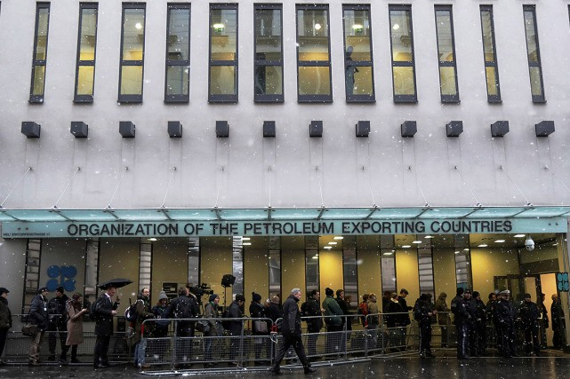 Des journalistes faisaient la queue aujourd'hui devant les... (Heinz-Peter Bader, REUTERS)