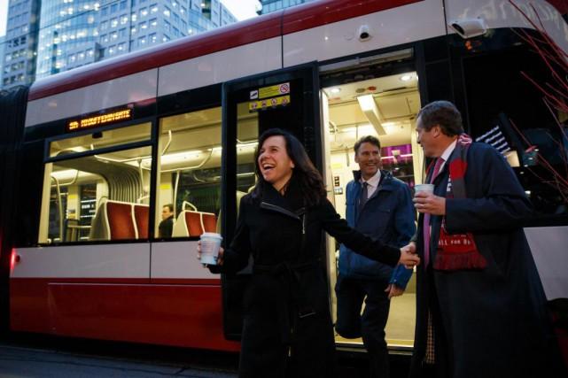 Valérie Plante descend d'un tramway de Toronto qu'elle... (PHOTO COLE BURSTON, COLLABORATION SPÉCIALE)