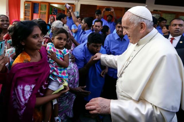 Les réfugiés, «effrayés», ont formé une file indienne... (AFP)