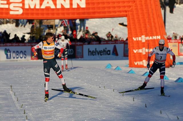 Johannes HoesflotKlaebo (à gauche) dépasse Martin Johnsrud Sundby... (PHOTO TERJE BENDIKSBY, AFP/NTB SCANPIX)