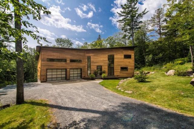 Des lignes simples, un toit légèrement en pente... (Photo fournie par Sotheby's International Realty Québec)