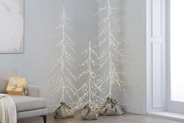 Ces arbres minimalistes constellés de petites lumières s'harmonisent... (Photo fournie par West Elm)