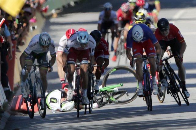 Peter Sagan (à gauche) a été disqualifié du... (Photo Christophe Ena, archives AP)