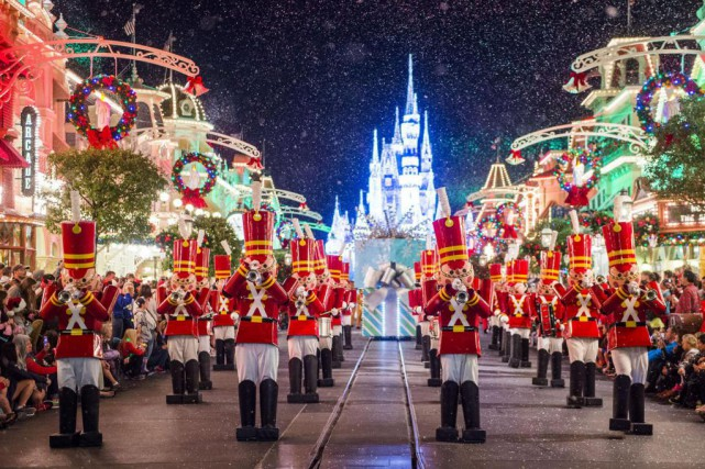 À Magic Kingdom, l'ambiance festive se décuple lorsque... (PHOTO FOURNIE PAR WALT DISNEY WORLD)