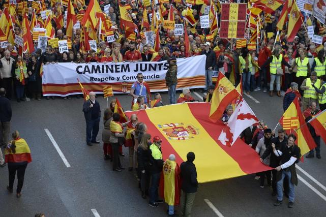 Des manifestants anti-indépendance à Barcelone, le 6 décembre... (AFP)