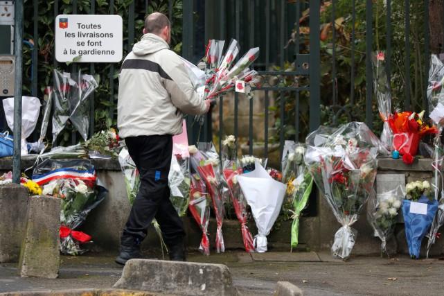 Plusieurs admirateurs en deuil avaient laissé des fleurs... (Photo Reuters)