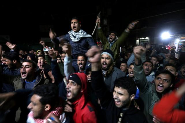 Des Palestiniens réagissent avec colère,dans le sud de... (PHOTO REUTERS)