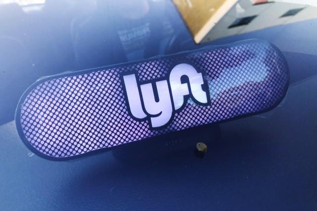Une panneau illuminé dans un véhicule Lyft conduit... (photo REUTERS)