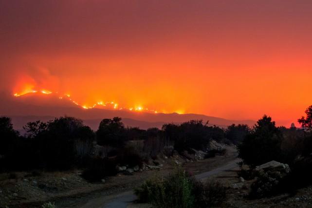 Des milliers de pompiers enchaînaient les nuits blanches... (PHOTO AFP)