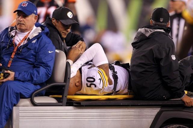 Ryan Shaziera été conduit hors du terrain sur... (Photo AFP)