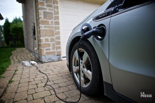 Les Canadiens inscrivent de plus en plus des véhicules électriques sur leur... (Photo André Pichette, archives La Presse)