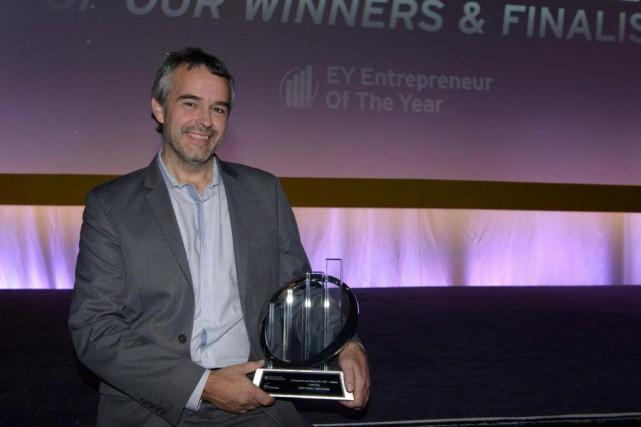 Louis Roy, PDG d'Optel, avec son prix d'Entrepreneur... (Photo fournie parEY)