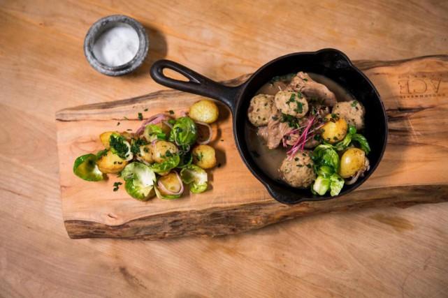 Osso buco et boulettes de porc... (Photo Olivier PontBriand, La Presse)