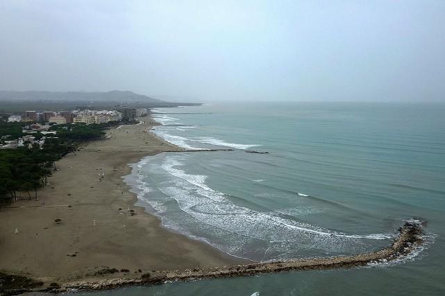 Sur les 427 kilomètres de côtes d'Albanie, «154km... (Gent SHKULLAKU, AFP)