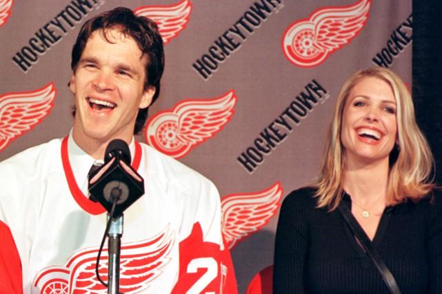Luc Robitaille et sa femme Stacia en 2001.... (Photo John C. Hillery, archives Reuters)