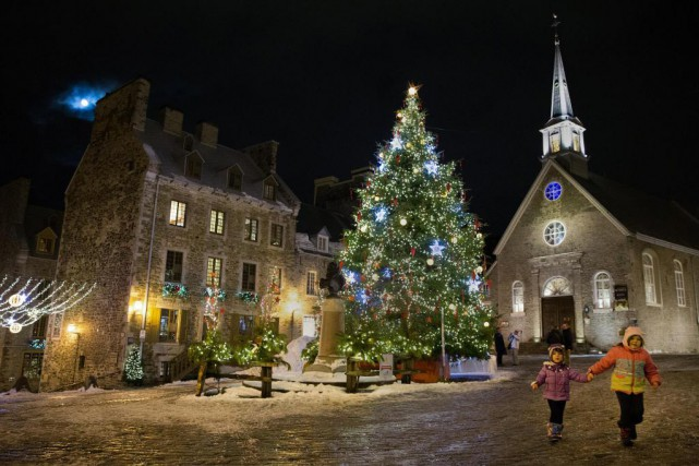 Place Royale, un gigantesque sapin se dresse devant... (Photo Robert Skinner, La Presse)