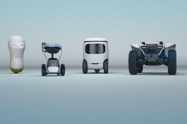 Quatre prototypes de robots aidants Honda....
