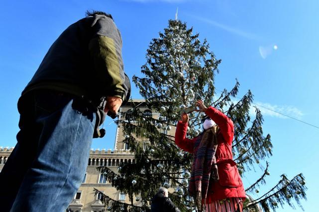 Le sapin de Noël de Rome, érigé sur... (Photo AFP)